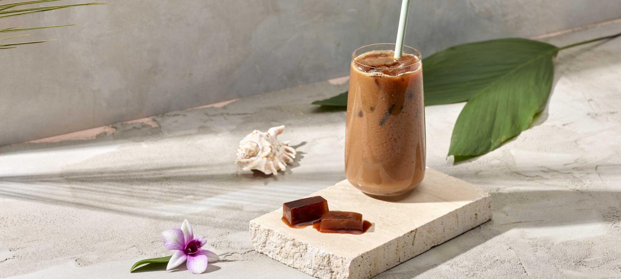 Café Singapore -kahvista valmistettu kahvijuoma pöydällä läpinäkyvässä lasissa.