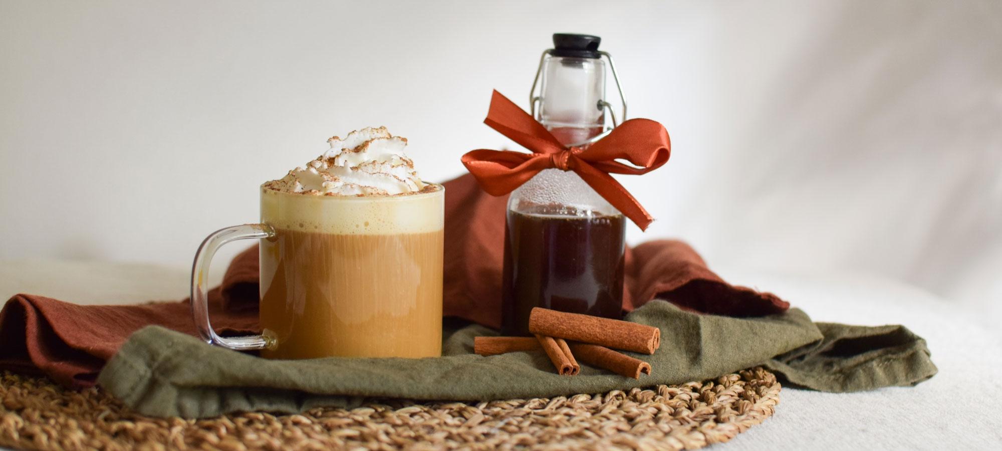 Jouluinen Caffé Latte maistuu appelsiini-kanelilta ja se valmistuu Juhla Mokka -kahvista