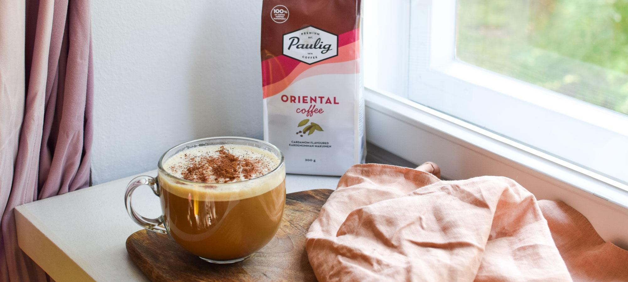 Chai café latte loihditaan Pauligin mausteisesta kardemumman makuisesta Oriental kahvista