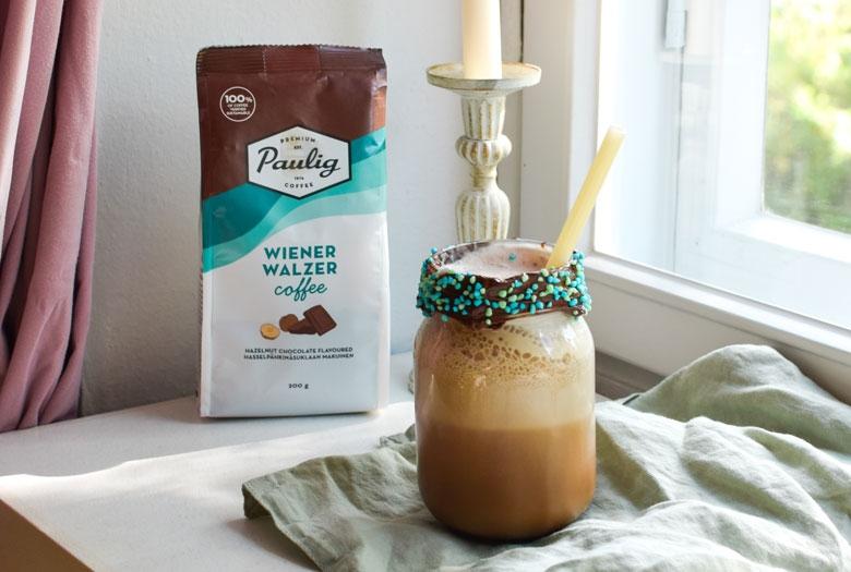 Suklaanougat frappeen laitetaan kaakaota ja suklaanougatin makuista kahvia