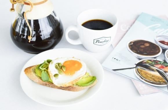 avokadoleipä ja kahvia