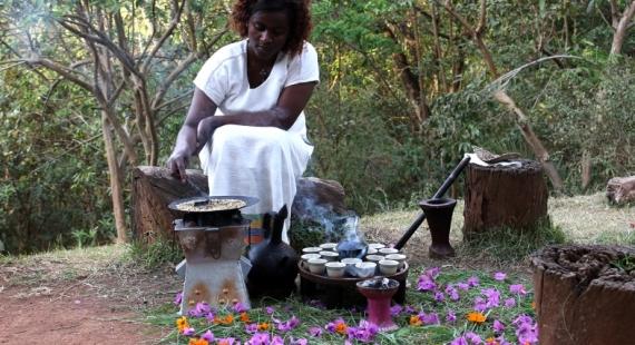 Etiopialaisessa kahviseremoniassa kahvista nautitaan kaikin aistein