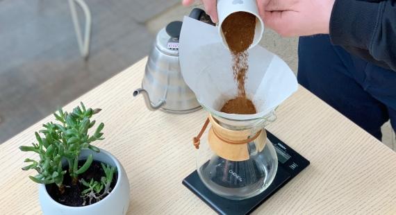 Kahvin keittäminen Chemexillä